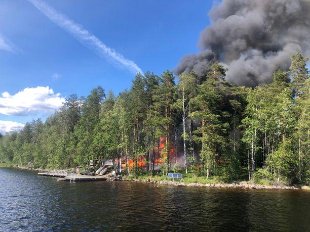 Palopaikalle osunut Petteri Lepistö kertoo, että osa veneilijöistä yritti maallikkosammutusta ämpäreillä.