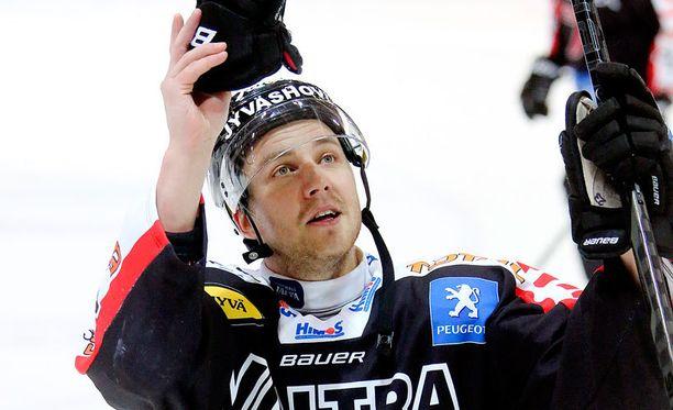 JYPistäkin tuttu Ossi Louhivaara pelaa kapteeni Jussi Jokisen sekä Aleksander Barkovin kanssa Leijonien kakkosketjussa.