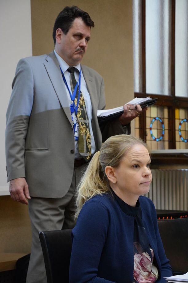 Sisäministeriön poliisijohtaja Petri Knape ja asiantuntija Johanna Puiro vastasivat ampujien edustajien kysymyksiin.