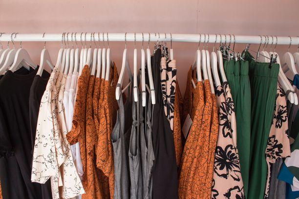 Vaatteita shoppaillaan netistä koronan sulkiessa kauppoja. Kuvituskuva.