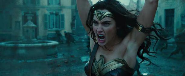 Tästä Wonder Womanin mainosvideon kuvasta jotkut pahoittivat mielensä. Ihmenaisen karvattomat kainalot aiheuttivat närkästystä.