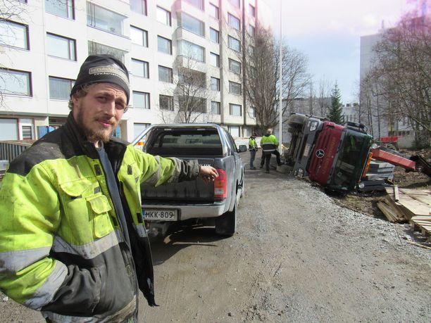 Järkyttynyt kuljettaja näytti hetki onnettomuuden jälkeen vakavaa työtapaturmaa tamperelaisen arvotalon pihassa. Poliisi haastatteli paikalla työntekijöitä.