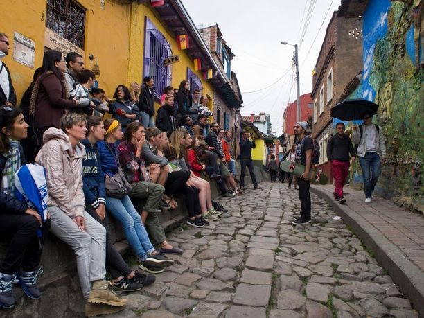 Graffitikierrokset ovat suosittuja turistien keskuudessa. Kuva Bogotasta.