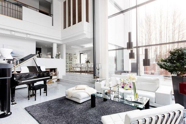 Talo on arkkitehti Asko Kaipaisen suunnittelema ja sen pyyntihinta on 1 690 000 euroa.