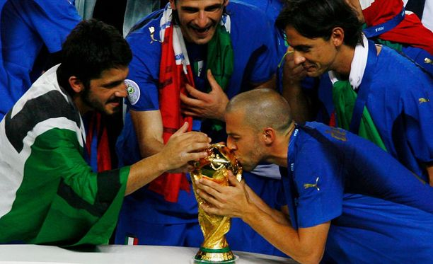 Italian pelaajat pääsivät juhlimaan maailmanmestaruutta vuoden 2006 MM-kisoissa.
