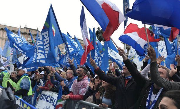 Väkijoukkoa Duomon aukiolla Milanossa.