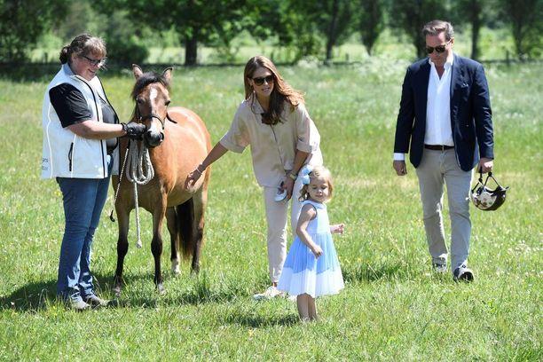 Prinsessa Madeleine ja Chris O'Neill yrittivät turhaan saada tytärtään innostumaan lahjaponistaan.