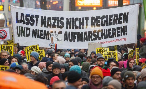 """Itävallan hallituskokoonpanoa vastustavien mielenosoittajien bannerissa lukee: """"Älkää antako natsien hallita ja marssia""""."""