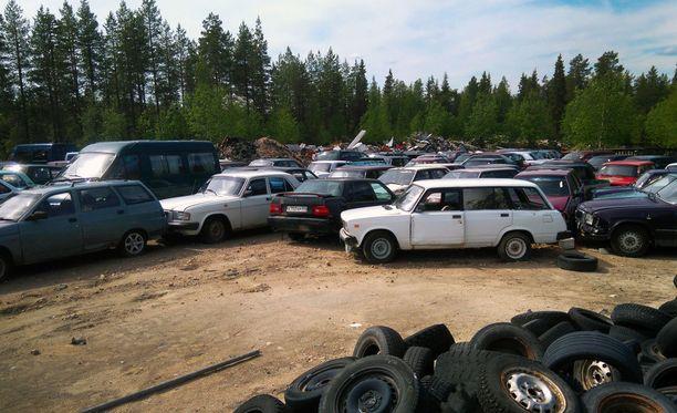 Huutokauppalistassa on kaiken kaikkiaan 128 autoa. Enemmistö kaupattavista kaaroista on Ladoja, mutta mukana on myös esimerkiksi Volgia ja länsiautoja.