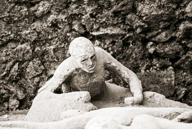 Kun kaivauksissa on löytynyt onkaloita, ne on täytetty varovasti kipsillä. Ruumis on jo mädäntynyt, mutta onkaloon on ikuistunut uhrin viimeinen hetki.