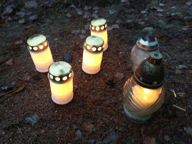Paikalle oli tuotu muutamia kynttilöitä.