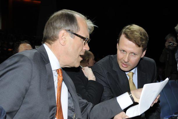 Nokian hallituksen puheenjohtajam paikalta väistynyt Jorma Ollila ja uudeski hallituksen puheenjohtajaksi nimetty Risto Siilasmaa Nokian yhtiökokouksessa  3. toukokuuta 2012.