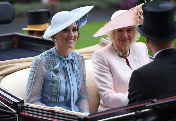 Herttuatar Catherine ja herttuatar Camilla kuuluvat kuninkaalliseen perheeseen avioliiton kautta.