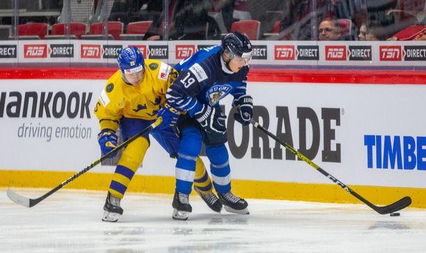 Rasmus Kupari loukkaantui Nuorten MM-kisoissa Ruotsia vastaan.