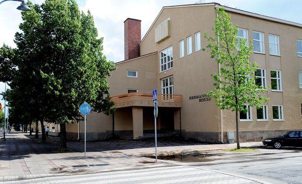 Ilmoituksen mukaan Hermannin koulun entinen oppilas tunkeutui koulun tiloihin.