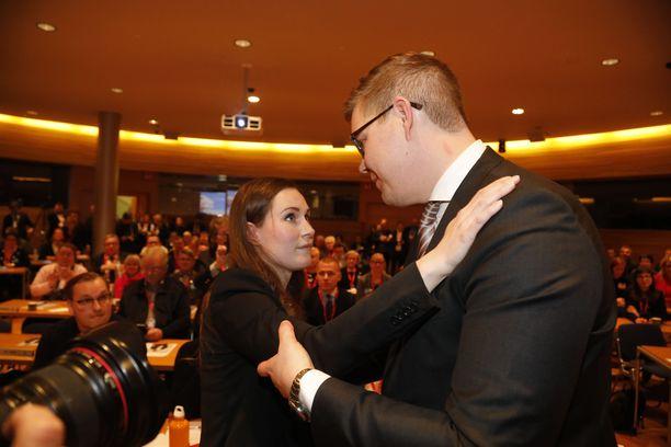 Sanna Marin sai lämpimän halauksen Antti Lindtmanilta pääministerivaalin tuloksen selvittyä.