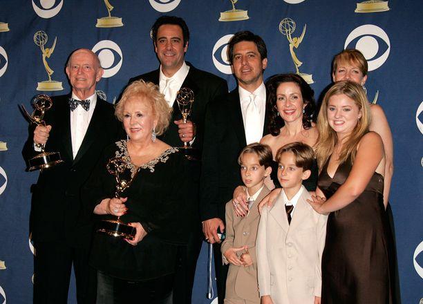 Kaikki rakastavat Raymond -sarjaa tehtiin yhdeksän tuotantokautta vuosina 1996-2005.