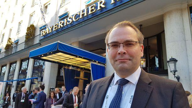 Puolustusministeri Jussi Niinistö (sin) kertoi Iltalehdelle Münchenissä pitävänsä maanpuolustuksen merkitystä tärkeimpänä.