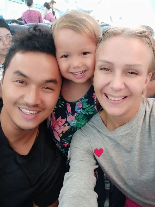 Emmi Hyvärinen tapasi miehensä Andri Yusufin syrjäisellä Kadidirin saarella Sulawesilla. Parilla on 2,5-vuotias Selina-tytär.