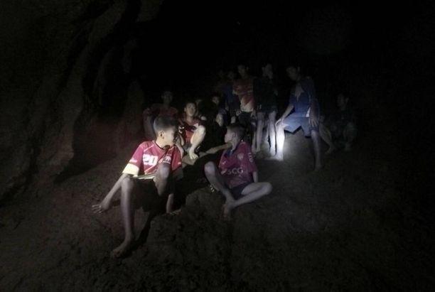 Kuvakaappaus ensimmäiseltä videolta, joka saatiin luolan kielekkeelle saarretuista jalkapallopojista.