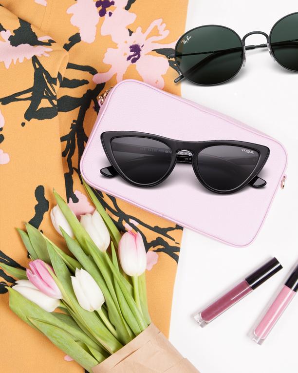 Voguen mustat kissamaiset lasit ovat täydellinen valinta helteiselle kaupunkilomalle.