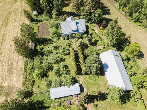 Suurelta tontilta löytyy oma kasvimaa piharakennuksineen. Tämä huvila on oikea maalaisunelma pihateineen ja vehreine istutuksineen.
