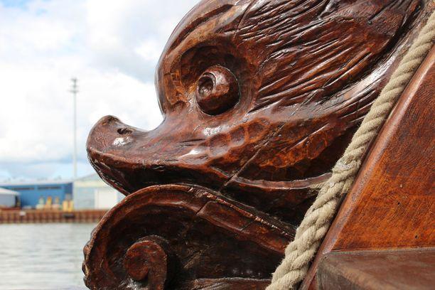 Shtandartin puukaiverruksiinkin on otettu mallia tsaarin alkuperäisestä laivasta.