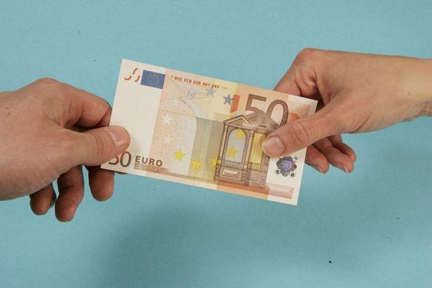 Mies maksoi tytölle hieronnasta selvää rahaa. Hänellä oli käytössään niin paljon rahaa, että läheiset kummastelivat.