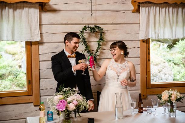 Eritahtisuudestaan huolimatta sekä Tuomas että Emma pitävät hääpäivästään. Tuomaksella on hauskaa ja Emman fiilikset ovat iloiset.