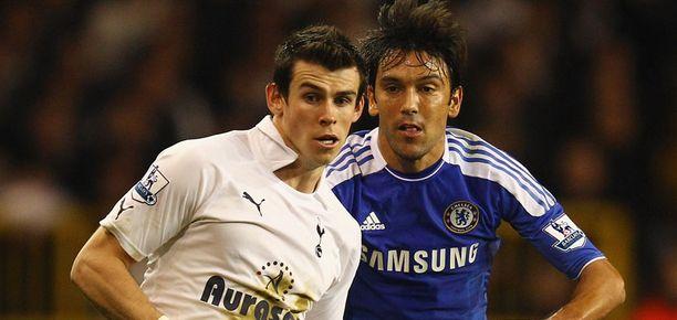 Tottenhamin Gareth Bale kamppaili joulun alla Chelsean Paolo Ferreiran kanssa.