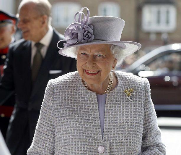 Kuningatar edusti hymyileväisenä.