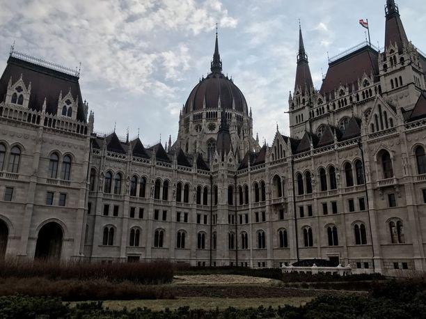 Unkarin parlamentti on hyväksynyt lain, jolla Unkari myy pysyviä oleskelulupia ja kansalaisuuksia rahasta. Pysyvän luvan hinta on vähintään 300.000 euron investointi maahan.