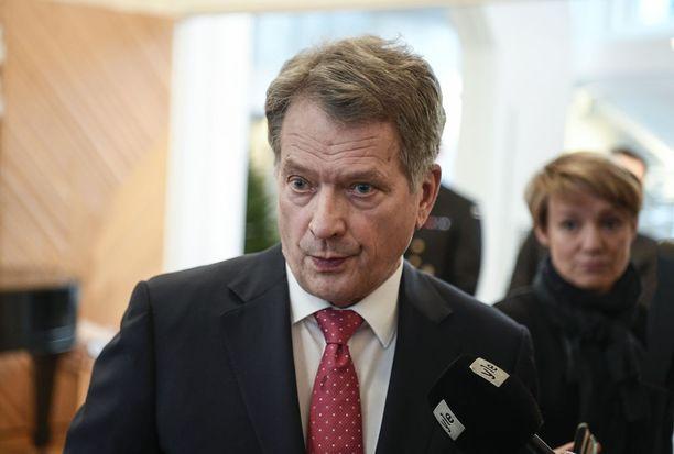 Tasavallan presidentti Sauli Niinistö kertoi jo vuonna 2012 Ylelle kannattavansa eutanasiaa. Niinistö mainitsi joutuneensa seuraamaan asianajajana toimiessaan läheltä ihmistä, joka ei enää olisi jaksanut elää, mutta joutui kärsimään.