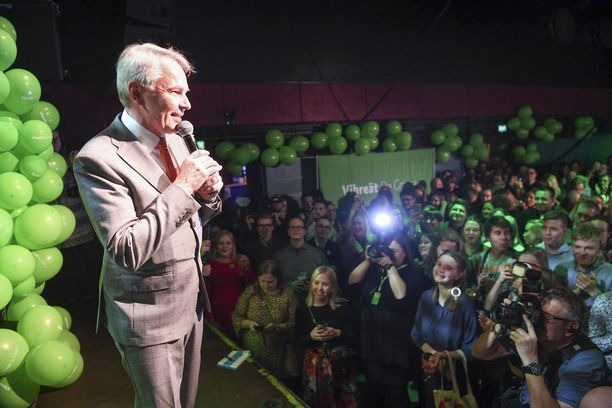 Vaalivoittajana oli vielä helppo hymyillä, mutta nyt edessä on kovia asiakysymyksiä. Kuvassa Pekka Haavisto vaalivalvojaisissa pari viikkoa sitten.