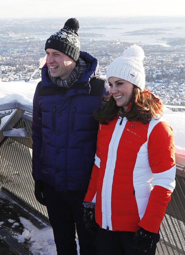 Herttuapari oli pukeutunut lämpimästi eikä hymy hyytynyt huipulla.