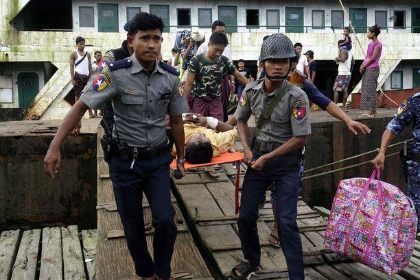Poliisit kantoivat kahakoissa loukkaantunutta rajavartioviranomaista Sittwen satamassa, Rakhinen osavaltiossa Länsi-Myanmarissa.