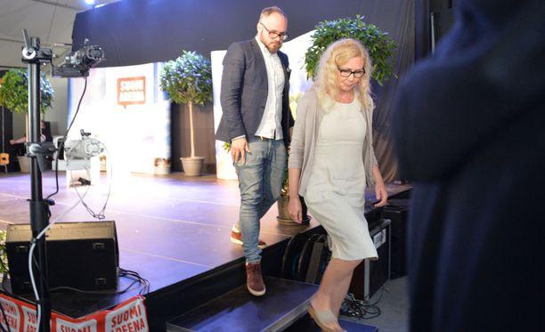 Tuomas Enbusken haastattelema Anneli Auer kertoi olevansa jonkin verran huolissaan omasta turvallisuudestaan.