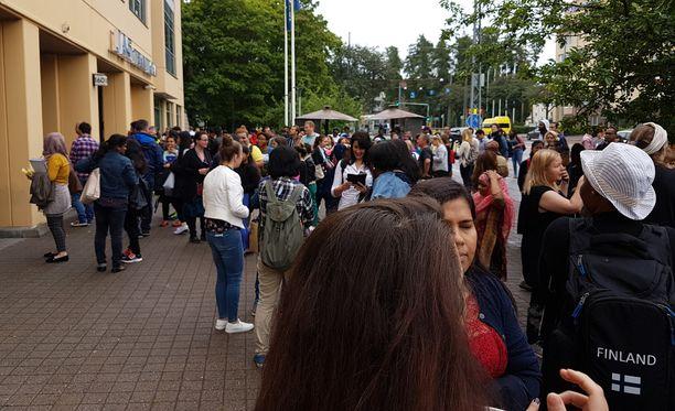 Monikulttuurisuuskeskuksen opiskelijat evakuoitiin kaasualtistuksen jälkeen. Paikalla oli tapahtuma-aikaan aamupäivällä ennen kahtatoista 100-200 henkilöä.