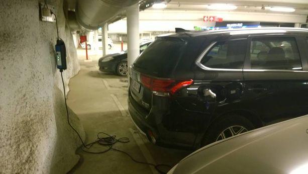 Aina sähköauton julkinen lataus ei onnistu. Kuvan tilanteessa parkkihallin varsinaiset lataustolpat oli varattu ja otimme virtaa tavallisesta seinärasiasta.