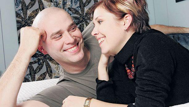 Kihlaus kestää, vaikka ei naimisiin kiirehdittäisikään. - Mikään ei ainakaan näytä, etteikö se kestäisi, Susanna ja Harri hymyilevät.