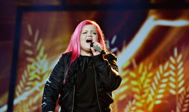 Alma vuonna 2013 Idolsin lavalla.