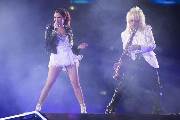Saara Aallon kanssa lavalla nähtiin muun muassa Michael Monroe.