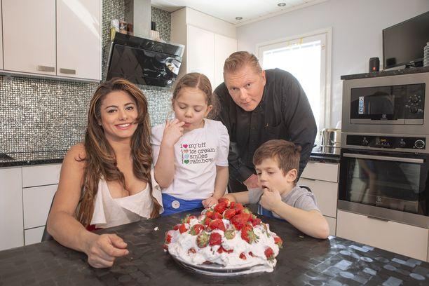 Vesa Keskisen perheessä vietettiin tänä keväänä äitienpäivää nauttimalla mansikkakakkua.