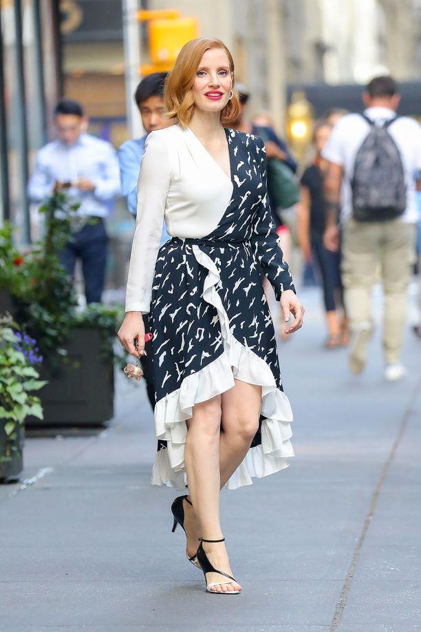 Mustavalkoisella linjalla oli myös näyttelijä Jessica Chastain, jonka röyhelömekko on nappivalinta punatukkaiselle tähdelle. Huomaa, miten kengät sopivat tässä täydellisesti mekon kaksiväriseen teemaan!