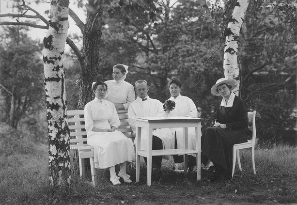 Kivelän sairaalan ylilääkäri ja johtaja Ernst Ehrnrooth alaisineen sairaalan pihalla 1910-luvulla.