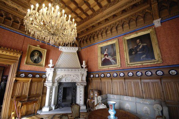 Linnassa on esillä paljon kuningas Yrjön ja kuningatar Marien kuvia. Heidän muotokuvansa näkyvät oikeanpuoleisella seinällä.