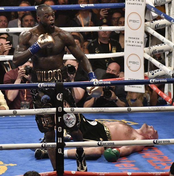 Deontay Wilder täräytti Tyson Furyn kanveesiin ottelun viimeisessä erässä.
