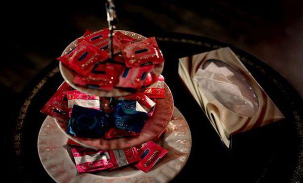 Eliitin orgioissa varaudutaan kondomien suureen menekkiin.