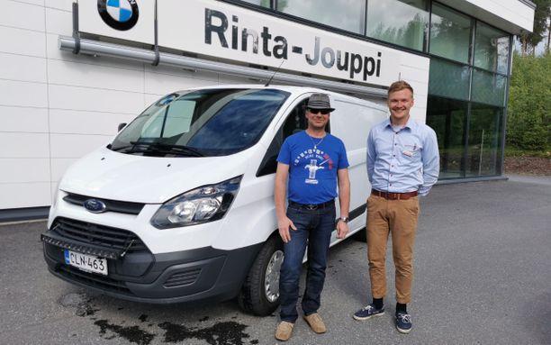 Mikkelin toimipisteessä asioinut Keijo Sulkamoniemi ja automyyjä Jonatan Hämäläinen ovat molemmat tyytyväisiä, että vaihtoautoautokauppojen yhteydessä päädyttiin hankkimaan myös Rinta-Jouppi Turva.