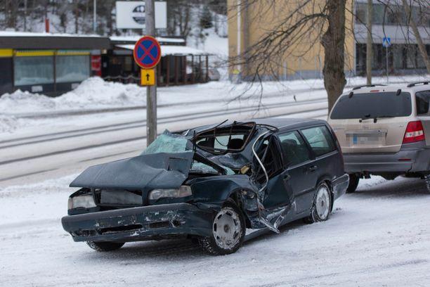 Volvo rusentui pahoin ulosajossa.